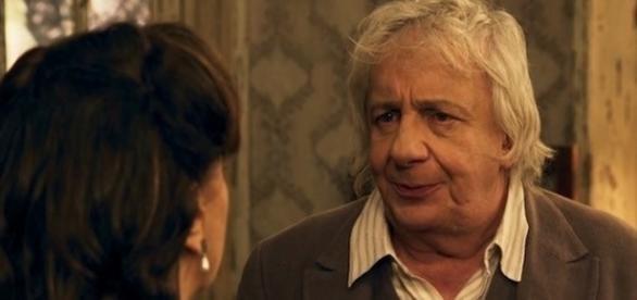 Anastácia coloca professor contra parede e pede casamento logo