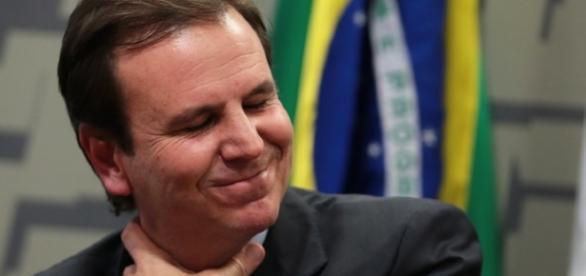 Eduardo Paes coça o pescoço - Blog de O Globo