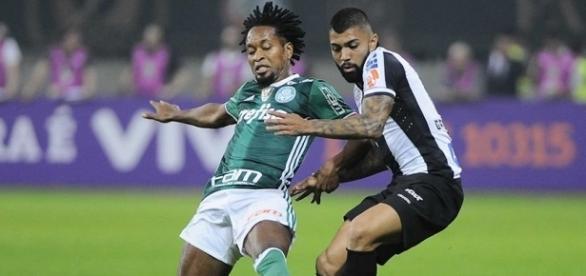 Palmeiras empata com Santos, mas continua líder