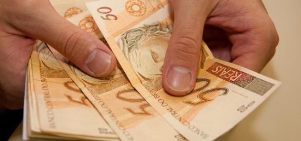 Saiba como resgatar abono salarial de R$ 880 reais