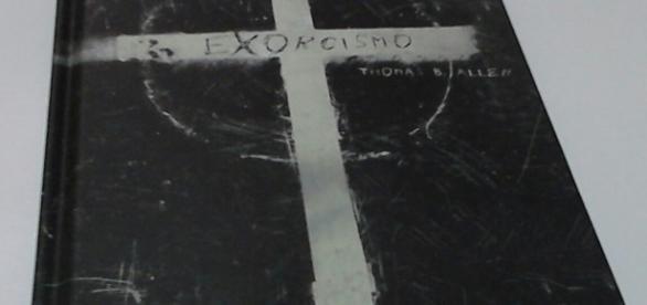 Edição brasileira do livro Exorcismo / Foto da jornalista