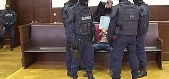 Tak sadza się islamistów na ławie oskarżonych w Austrii (Euronews)