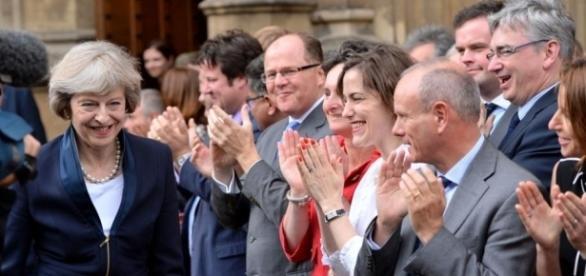 Theresa May aplaudida por su compañeros conservadores al ser designada como primera ministra.