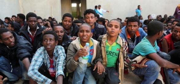 Alcuni giovani rifugiati in un centro di accoglienza