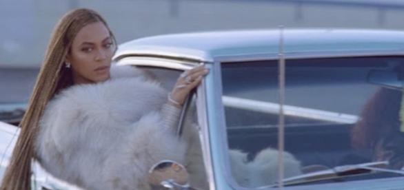 Cantora Beyoncé durante performance em um dos seus clipes