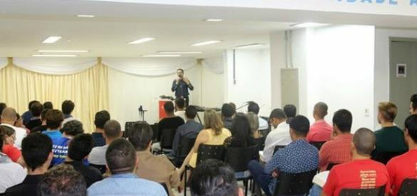 Foto da reunião da denominação que acolhe comunidade LGBT