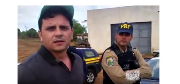 Foto tirada do vídeo em que o deputado é abordado pela polícia