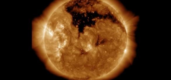 NASA detectou um enorme buraco coronal no Sol (Cortesia NASA/SDO e times científicos AIA, EVE, e HMI)