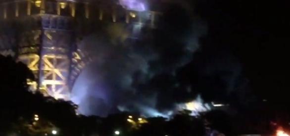 incêndio faz pessoas pensarem que Torre Eiffell estava sendo atacada por terroristas