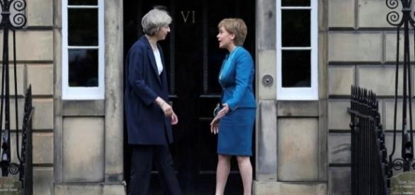 Theresa May şi Nicola Sturgeon