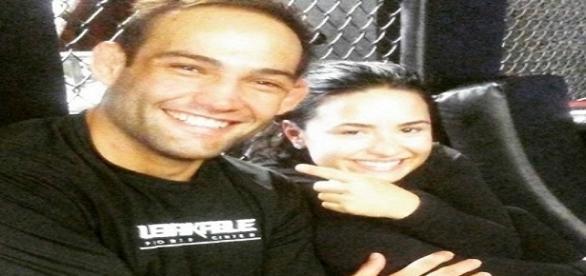 Demi Lovato foi prestigiar o novo namorado, o lutador Bomba, em uma de suas lutas