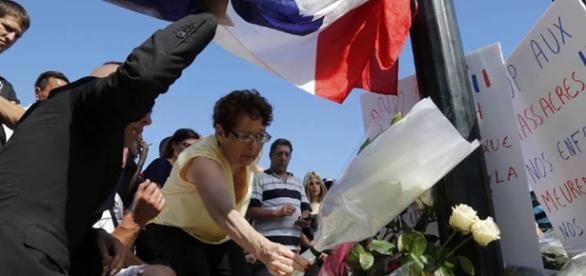 Dia seguinte ao atentado é de homenagens