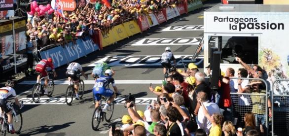 Final polémico en el sprint de la etapa 14 que tuvo como ganador al británico Mark Cavendish