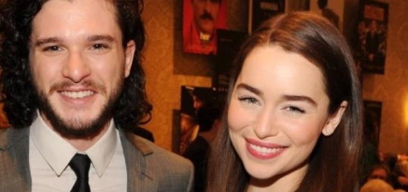 Kit Harington e Emilia Clarke foram indicados ao Emmy 2016 por Game of Thrones