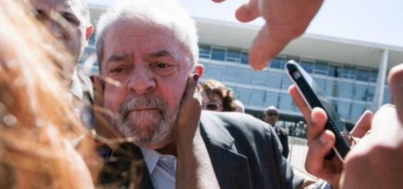 Lula aparece triste e cada vez mais sozinho