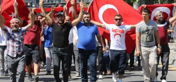 Na Turquia, o povo nas ruas venceu o golpe militar. E no Brasil?