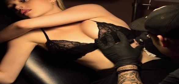 Nicola Peltz fica seminua para mostrar sua nova tatuagem (imagem Instagram)