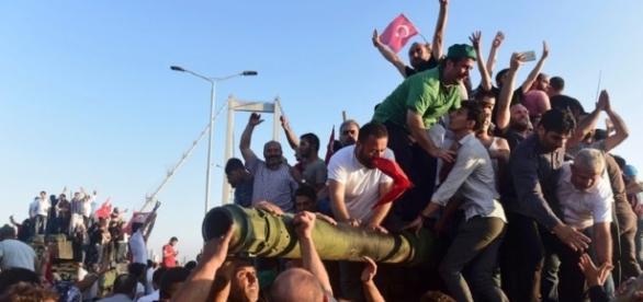 Personas intentando parar el golpe de estado