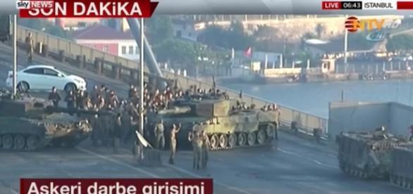 Tentativa de lovitură de stat din Turcia a eșuat. Unul dintre militarii care au blocat podul de peste Bosfor a fost decapitat.