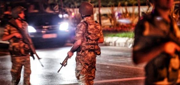 Tropas militares tomam as ruas da cidade na Turquia