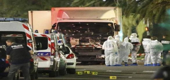 Caminhão branco atropelou dezenas de pessoas em Nice