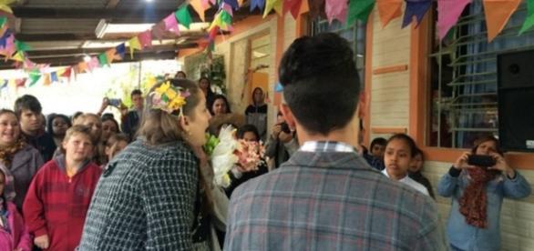 Casamento gay é encenado em caipira de escola