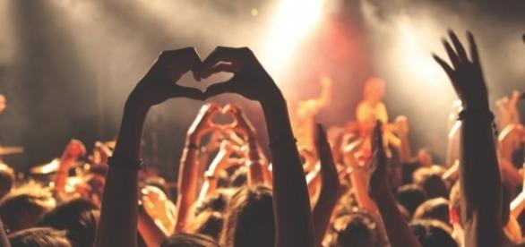 Uczestnicy koncertu bawią się przy muzyce (pixabay.com)