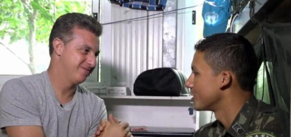 Luciano Huck mostra o dia a dia do exército brasileiro no Haiti
