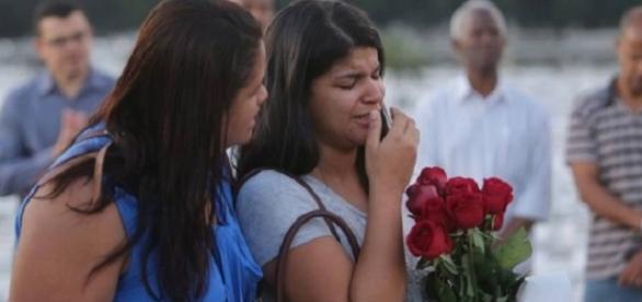 Familiares e amigos no enterro de Cristiane (Foto: Rafael Moraes)