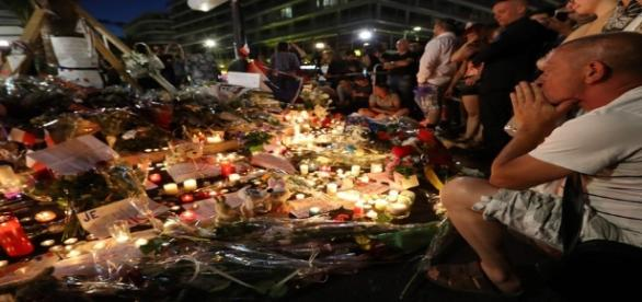 Franceses prestaram homenagens às vítimas