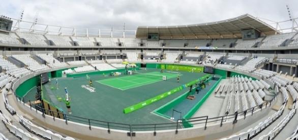 Le centre Olympique de tennis de Rio, avec une surface dure semblable aux durs Nord Américains.