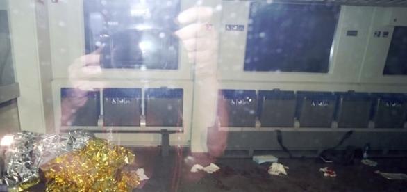 Marcas de sangue e um cobertor de emergência dentro do trem (Foto: Karl-Josef Hildenbrand/dpa via AP)