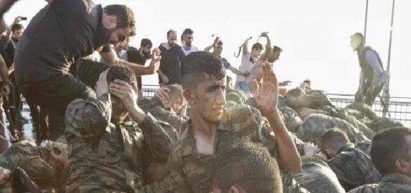 Militarii turci bătuți de susținătorii lui Erdogan