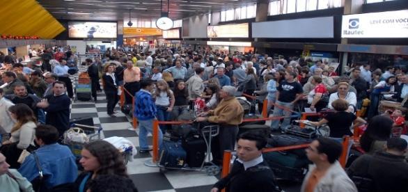 Novas medidas de segurança começam a funcionar e causam filas nos aeroportos