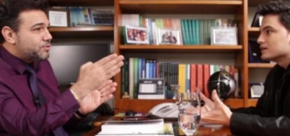 Felipe Neto no gabinete de Marcos Feliciano debatendo sobre homossexualidade.