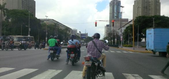 Motorizados haciendo caso omiso del semáforo en rojo y atrevezándose en el paso peatonal