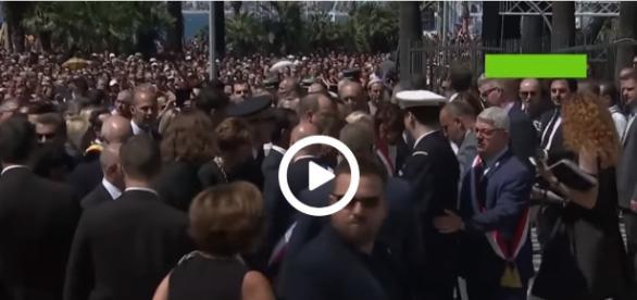 Premier Manuel Valls został wygwizdany przez tłum.