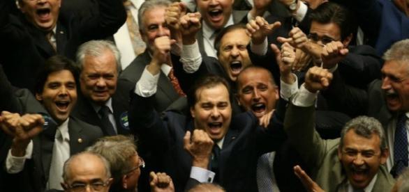 Rodrigo Maia decarou que vai descontar faltas de deputados faltosos