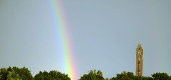 Arc-en-ciel sur la ville. Quand l'orage fait éclater le prisme des couleurs.