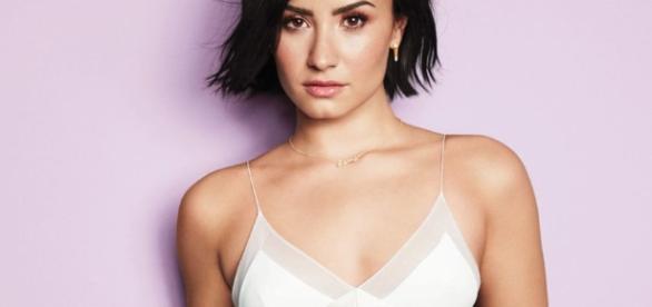 Demi Lovato mostra mais do que deveria ao ajeitar o biquíni