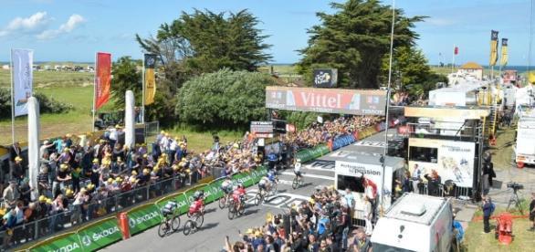 Mark Cavendish se impuso en la etapa inicial del Tour y se enfunda el maillot amarillo