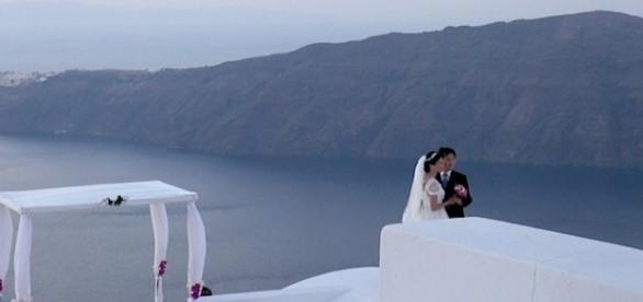 Noivos chineses se casam na paradisíaca ilha grega de Santorini