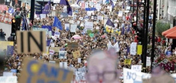 Zeci de mii de britanici sunt în stradă la Londra. Foto: Reuters