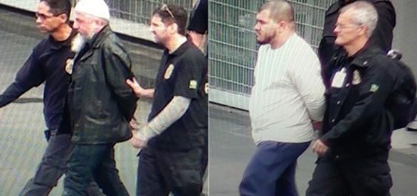 Dois suspeitos de planejarem ataques terroristas no Brasil sendo levados pelos policiais
