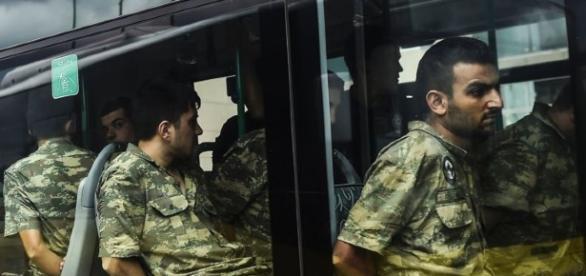 Los militares acusados siendo transportados