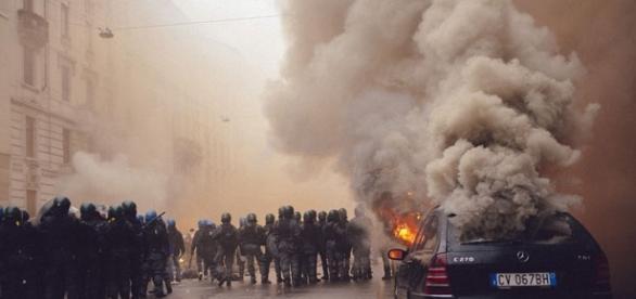 Una scena degli scontri avvenuti nel G8 di Genova nel 2001