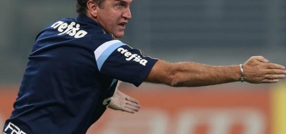 Cuca, técnico do Palmeiras, orienta o time na beira do gramado