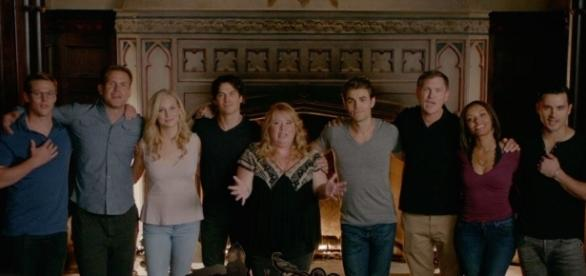 O elenco e produtores de TVD no vídeo de despedida (Foto: CW/Youtube)