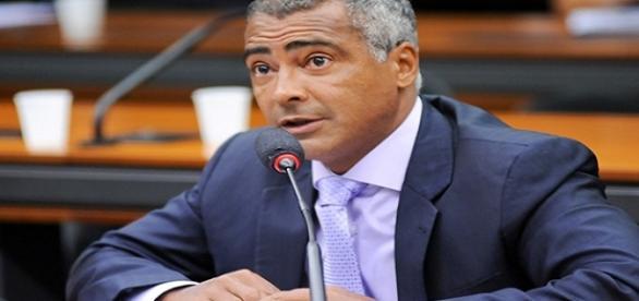 Senador Romário abandona candidatura