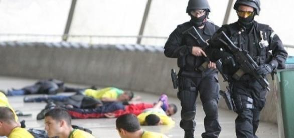 Simulação de ação anti-terrorismo feita pela PM, PF e Exército (Foto: Denilton Dias)